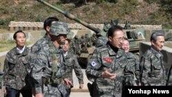 지난달 18일 서해 최북단 연평도 연평부대를 방문한 이명박 대통령. (자료사진)