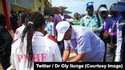 Le ministre de la Santé, Dr Oly Ilunga se lave les mains dans la province de l'Equateur, RDC, 28 juin 2018. (Twitter/Dr. Oly Ilunga)