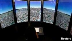 Des écrans montrent Google Earth à Cancun le 5 décembre 2010.