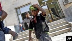 15일 알레포 외곽지역 아자즈에 대한 정부군의 2차 공습으로, 대피해 있던 병원에서 뛰쳐나오는 부상자들.