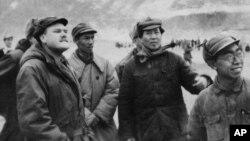 Лидер китайских коммунистов Мао Цзэдун (второй справа) сформулировал принципы партизанской войны. Фотография 1946 года