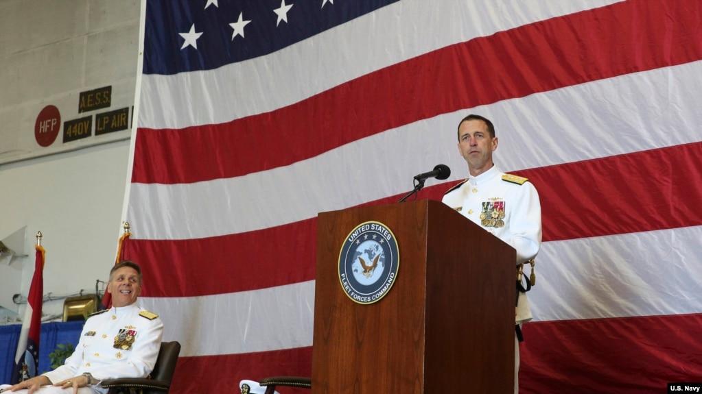 理查森上將(右)接納戴維森上將(左)建議2018年5月4日宣布啟用第二艦隊