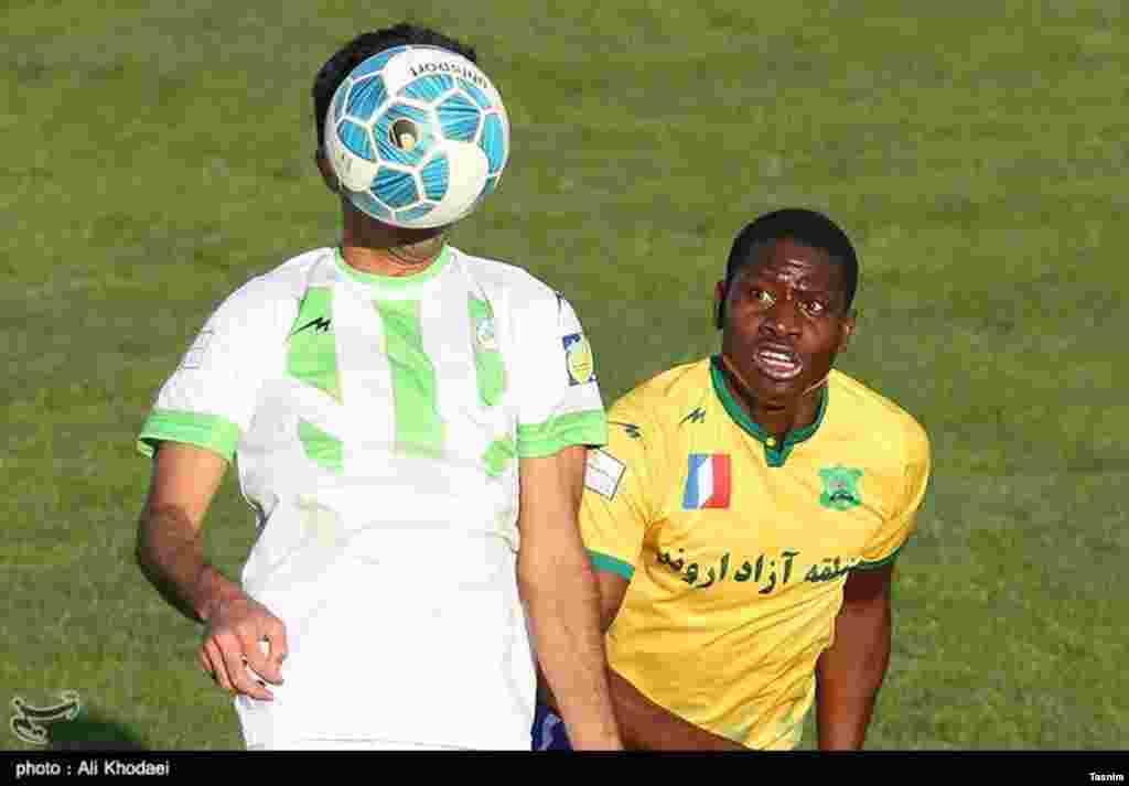 دیدار تیم های فوتبال ذوب آهن و صنعت نفت عکس: علی خدایی