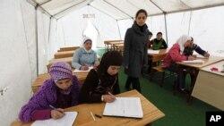 Anak-anak perempuan di Suriah belajar di kelas darurat di kamp pengungsi Boynuyogun di perbatasan Turki-Suriah di provinsi Hatay. (Foto: Dok)