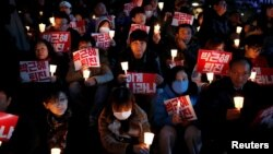 數以千計南韓人星期四晚上在首爾舉行集會,聲討總統朴槿惠。