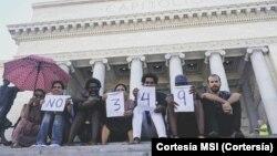 Luis Manuel Otero Alcántara (quinto de izq. a der.) junto a otros artistas del Mov. San Isidro en el Capitolio Nacional de Cuba en agosto de 2018 en protesta por la entonces inminente aprobación del Decreto 349 contra la creación libre en la isla.