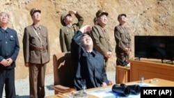 Kim Jung Un, wa Koreya ya Ruguru, na bamwe mu bategetsi mu gisirikare, aho bariko bararorera igitero ca misile