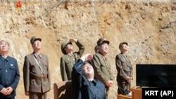 """金正恩觀看""""火星-14""""洲際彈道導彈的發射"""