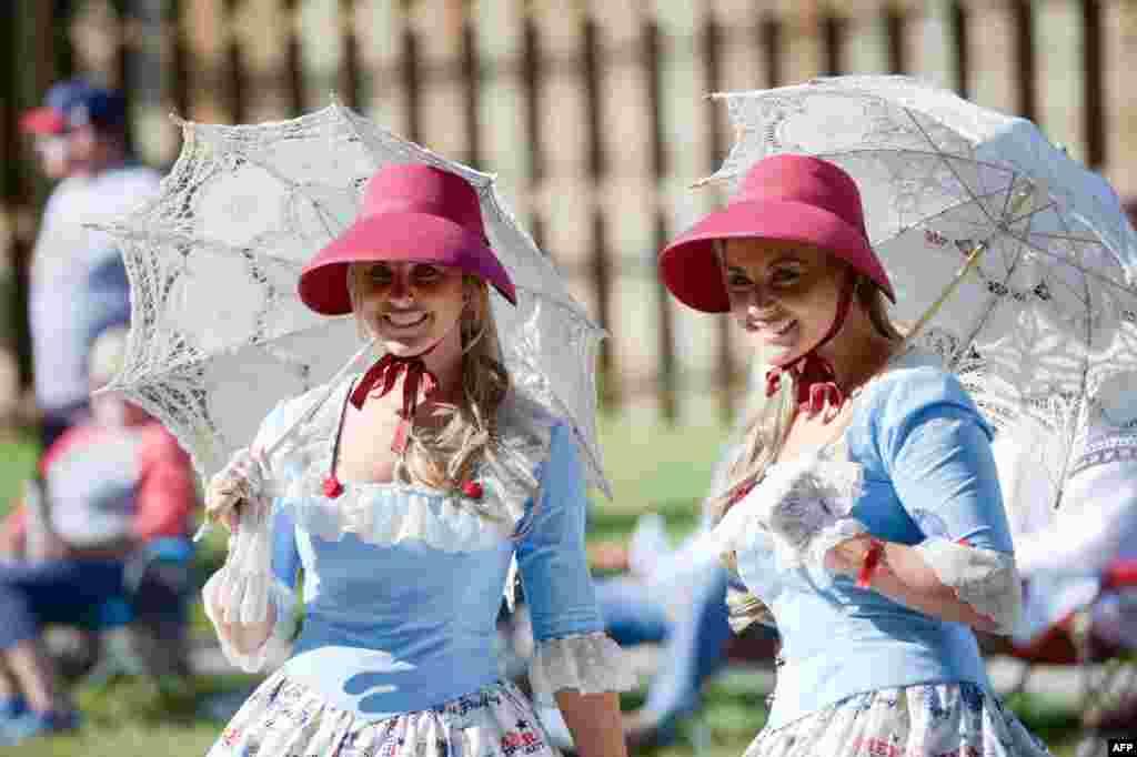 미국 오하이오주 트윈스버그에서 열린 '쌍둥이의 날' 행사에 참석한 쌍둥이 자매.