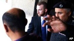 총탄 휴대로 구금된 FBI요원이 19일 파키스탄 카라치 법정을 떠나고 있다.