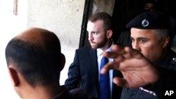 Federal Qidiruv Byurosi agenti Joel Koks sud binosini tark etmoqda, Karachi, 19-may, 2014-yil.