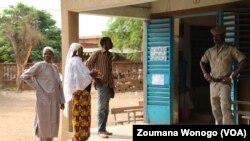 Les Burkinabè ne se bousculent devant les bureaux de votes le 22 mai 2016.