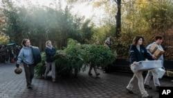 Personal del zoológico de Washington prepararon bocadillos para el viaje de Bei Bei que dura 16 hora, sin escalas.