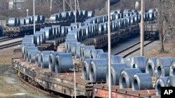 Rollos de acero listos para ser exportados desde Duisburg, Alemania.