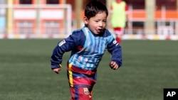 Murtaza Ahmadi, cinq ans et fan de Lionel Messi, joue au football à la Fédération de football à Kaboul, en Afghanistan, le 2 février 2016.