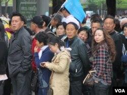 中国观光客对法轮功活动投以好奇眼光 (美国之音张永泰拍摄)