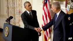 El presidente Barack Obama anuncia la renuncia del fiscal general Eric Holder en la Casa Blanca.