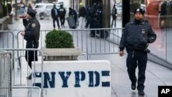 Recibieron una llamada, y los agentes acudieron a un complejo de viviendas públicas donde reportaron la presencia de un individuo sospechoso.