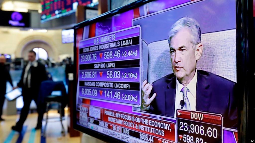 Hình ảnh Chủ tịch Cục Dự trữ Liên bang Mỹ Jerome Powell trên màn ảnh TV tại tòa nhà Sàn Chứng khoán New York hôm 6/4/2018. Nền kinh tế Mỹ đang tiếp tục phát triển lành mạnh, bước vào năm thứ 10 của chu kỳ dài thứ 2 trong lịch sử.