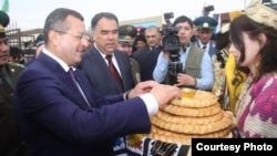 So'g'd va Samarqand viloyati rahbarlari chegara ochilishi tantanasini non-tuz tatish bilan boshladi.