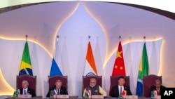 BRICS လို႔အတိုေကာက္ေခၚတဲ့ Brazil၊ Russia၊ India၊ တ႐ုတ္ နဲ႔ ေတာင္အာဖရိကႏိုင္ငံေတြ ပါဝင္တဲ့ စီးပြားေရး အင္အားေကာင္းစႏိုင္ငံမ်ားထိပ္သီးစည္းအေဝး။