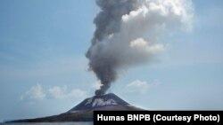 Gunung Anak Krakatau di Selat Sunda kembali meletus dengan tinggi kolom abu bervariasi antara 200 meter hingga 1.000 meter pada Rabu, 11 Juli 2018. PVMBG mencatat 56 kali letusan. (Foto: Humas BNPB)