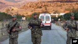 5일 터키 서부 아피온주의 무기고 폭발사고 현장을 지키는 군인들.