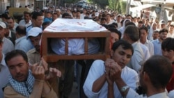 جسد قهرمان مشت زنی بر روی دوش مردم حمل شد. ژوئن ۱۶ ۲۰۱۱
