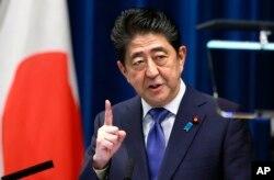 아베 신조 일본 총리가 25일 도쿄 관저에서 기자회견을 열고 중의회 해산 결정을 발표했다.