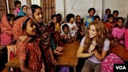 Penyanyi Shakira dalam kunjungan sebagai wakil PBB ke sekolah anak-anak perempuan di Bangladesh.