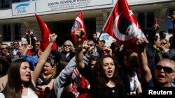 지난 1일 터키 앙카라 선거관리위원회 주변에서 야당 지지자들이 반정부 시위를 벌였다.
