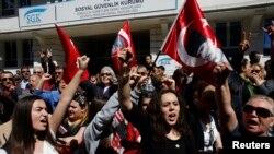 Những người ủng hộ Đảng Nhân dân Cộng hòa (CHP) hô khẩu hiệu chống chính phủ bên ngoài Hội đồng Bầu cử Tối cao (YSK) tại Ankara, ngày 1/4/2014.