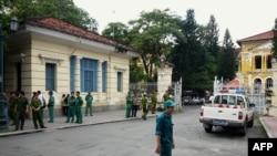 Công an và nhân viên an ninh bên ngoài Tòa án Nhân dân TPHCM.