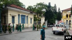 Polisi Vietnam melakukan penjagaan gedung pengadilan saat berlangsungnya sidang atas 3 blogger yang didakwa melakukan propaganda anti pemerintah (foto: dok).