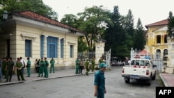 Cảnh sát, nhân viên an ninh bên ngoài cổng vào Tòa án Nhân dân TPHCM.