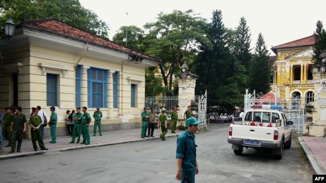 Công an trước Tòa án Nhân dân TPHCM.