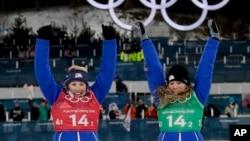 Jessica Diggins (derecha) y Kikkan Randall celebran tras ganar la medalla de oro en esquí de fondo en los Juegos Olímpicos de Invierno en Pyeongchang, Corea del Sur, el miércoles, 21 de febrero de 2018.