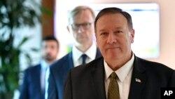 وزیر خارجه آمریکا و نماینده ویژه ایالات متحده در امور ایران در دو کنفرانس خبری جداگانه درباره فرمان اجرایی پرزیدنت ترامپ سخنرانی کردند.