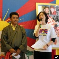 台湾图博之友会会长周美里(右)图博青年议会台北分会主席扎西慈仁(左)