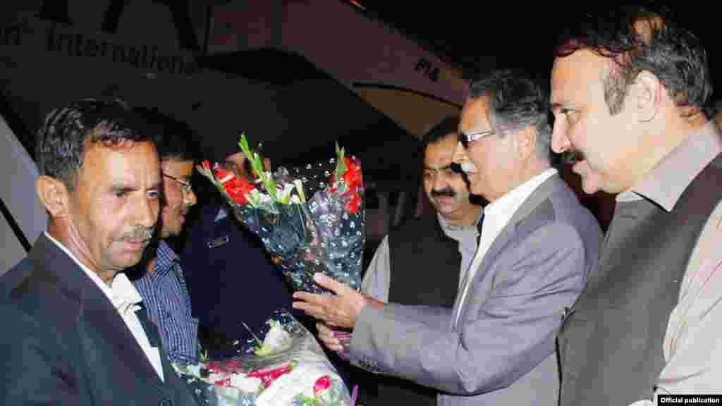 یمن سے وطن واپس پہنچنے والے پاکستانیوں کو اسلام آباد ائیرپورٹ پر وزیر اطلاعات پرویز رشید پھول پیش کر رہے ہیں۔