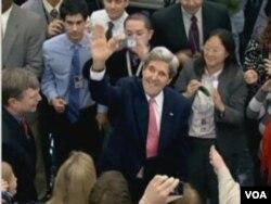 美国国务卿克里受到国务院工作人员热烈欢迎(美国之音视频截图)