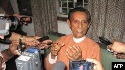 Phó Chủ tịch đảng Liên minh Toàn quốc Ðấu tranh cho Dân chủ ở Miến Ðiện, ông Tin Oo, nói chuyện với các ký giả tại tư gia sau khi ra tù
