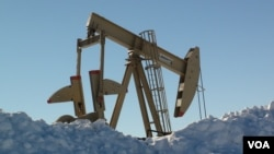 Oil pump jacks can be seen in Dickinson, North Dakota, December 4, 2016. (G. Flakus/VOA)