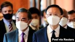 Bộ trưởng Ngoại giao Trung Quốc Vương Nghị (trái).