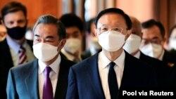 资料照:2021年3月18日,中共负责外事工作的中央政治局委员杨洁篪(右)与国务委员兼外长王毅(左)抵达阿拉斯加,参加中美之间的会谈。