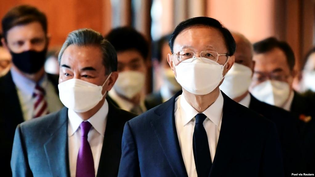 中共中央外事委员会办公室主任杨洁篪和中国外长王毅在美中阿拉斯加高层会谈上。(资料照)