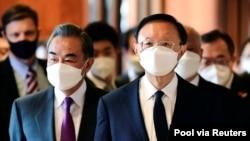 中共政治局委員楊潔篪(右)和中國外長王毅參加阿拉斯加美中高層會談。(2021年3月18日)