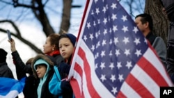 """Manifestantes protestan en Baltimore, Maryland, durante el """"Día Sin Inmigrantes"""", el 16 de febrero de 2017."""