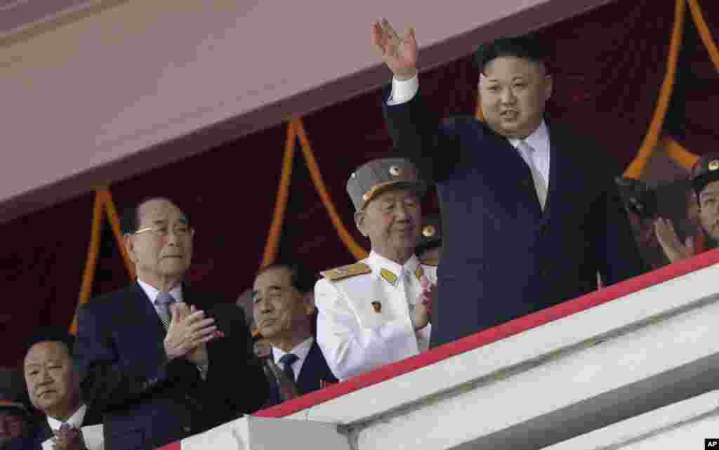 朝鲜首都纪念开国者金日成诞辰105周年的大型阅兵中,朝鲜领导人金正恩招手致意(2017年4月15日)。