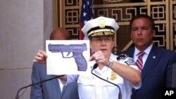 Cảnh sát trưởng Kim Jacobs cầm bức ảnh cho thấy loại súng BB mà cảnh sát nói cậu bé 13 tuổi đã rút ra từ thắt lưng trước khi bị bắn chết bởi cảnh sát đang điều tra một vụ cướp vũ trang, ngày 15 tháng 9 năm 2016.